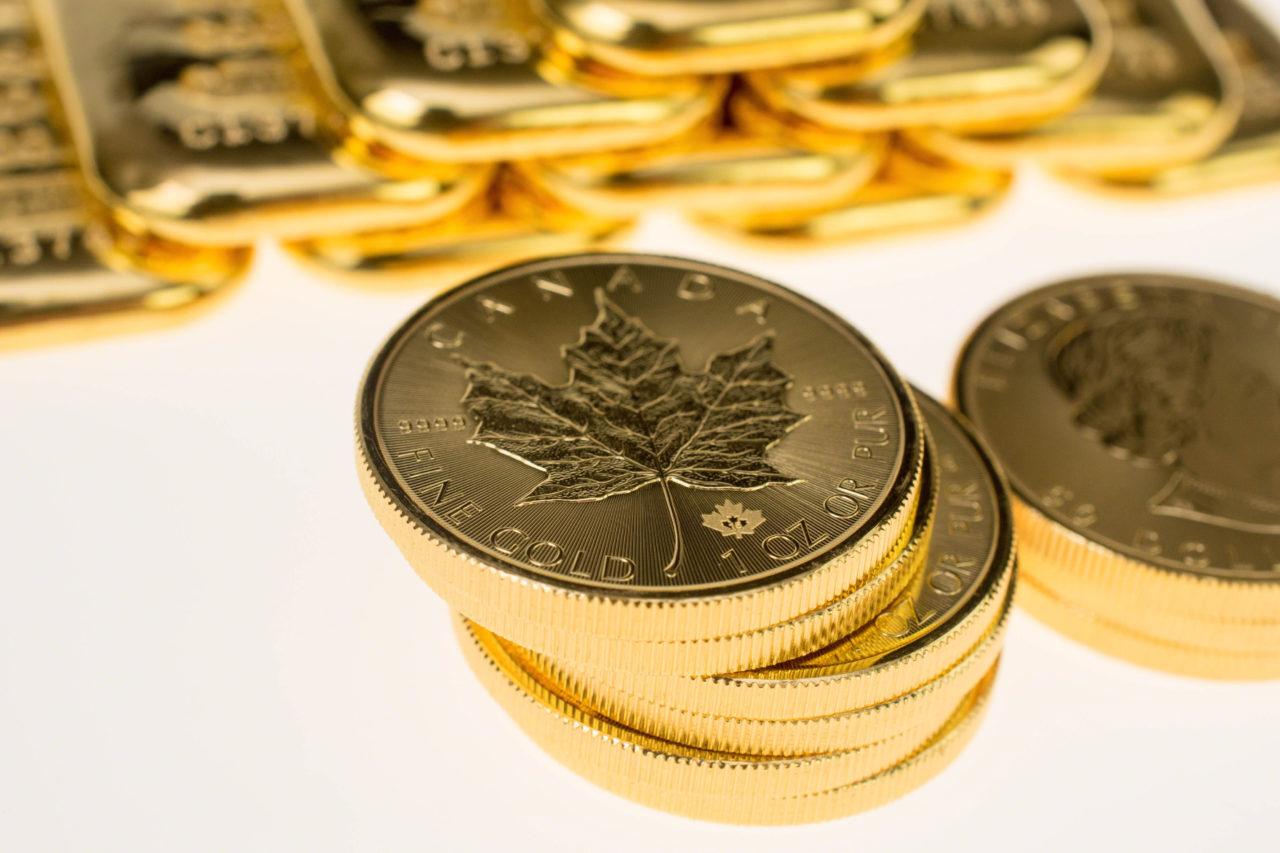 золотой канадский кленовый лист
